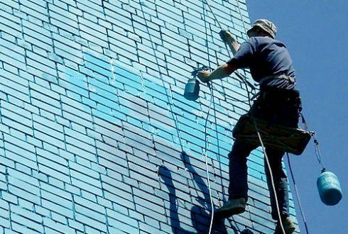 покраска кирпичной стены