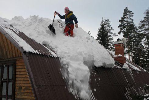 Уборка снега с крыш загородных домов